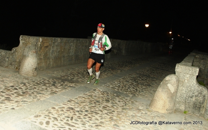 John Tidd cruza el Puente del Perdón.